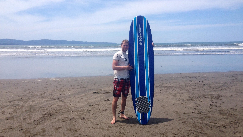 Sven mit Surfboard an der Playa Estero