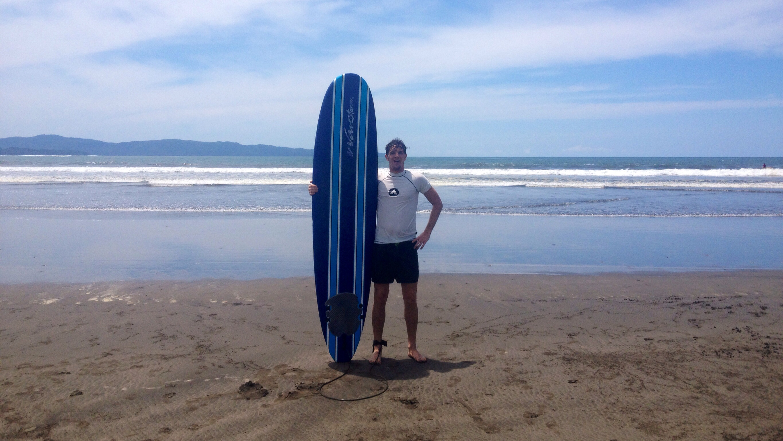 Martin mit Surfboard an der Playa Estero