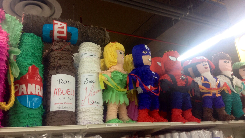 Ron Abuelo, Secco, Atlas Bier und eine Menge anderer Superhelden (Karneval-Puppen im Supermarkt)