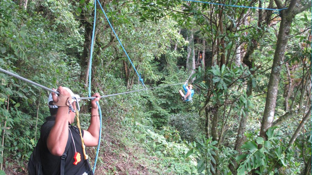 Zipline El Toro - Jorge bringt Martin zum Hüpfen