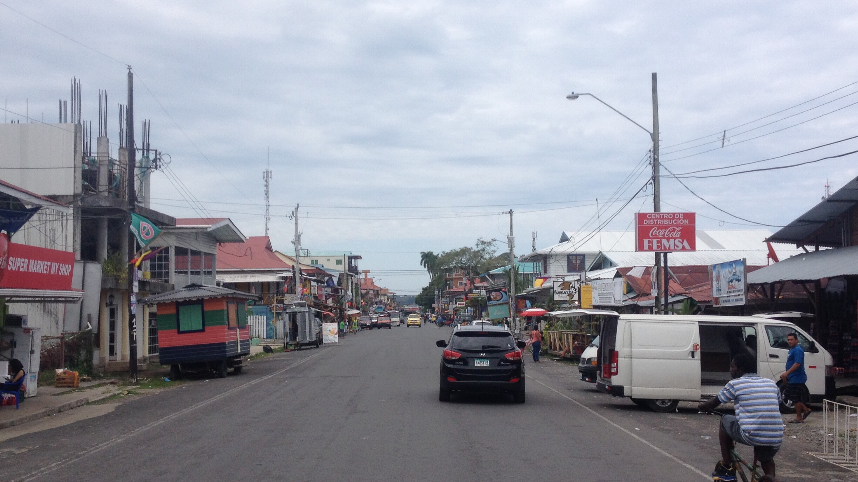 Straßenzug der Isla de Colón, an dem der Bootanlager liegt